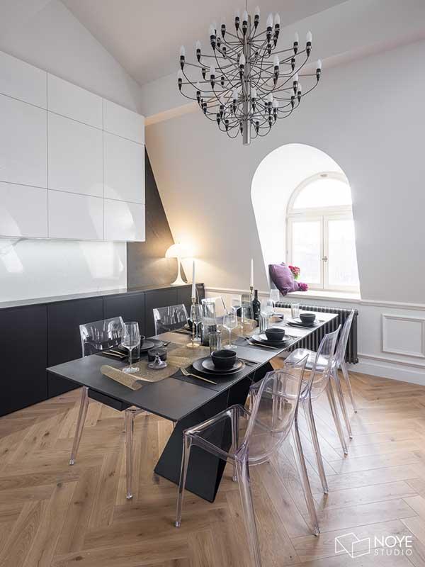 Transparentne krzesła doskonałe harmonizują wnętrze | proj. Noye Studio, zdj. Przemysław Kuciński