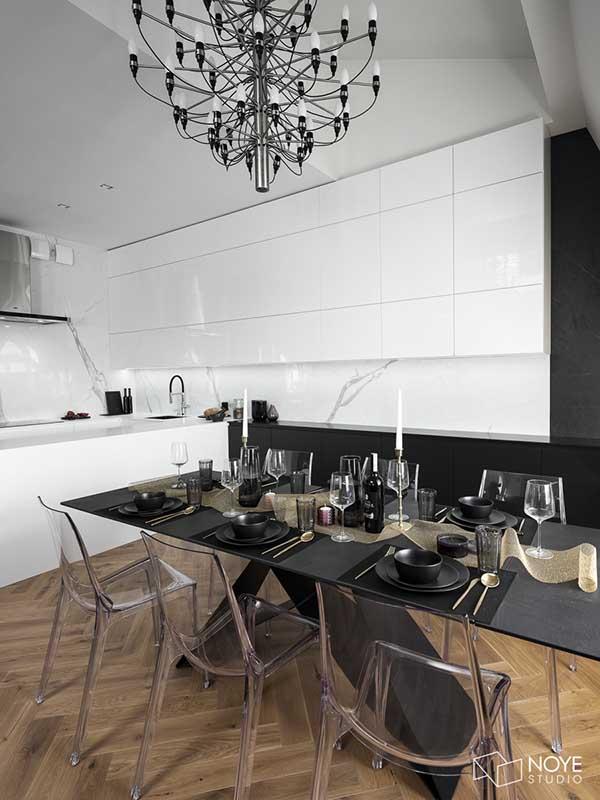 Biała kuchnia z marmurową ścianą nad blatem