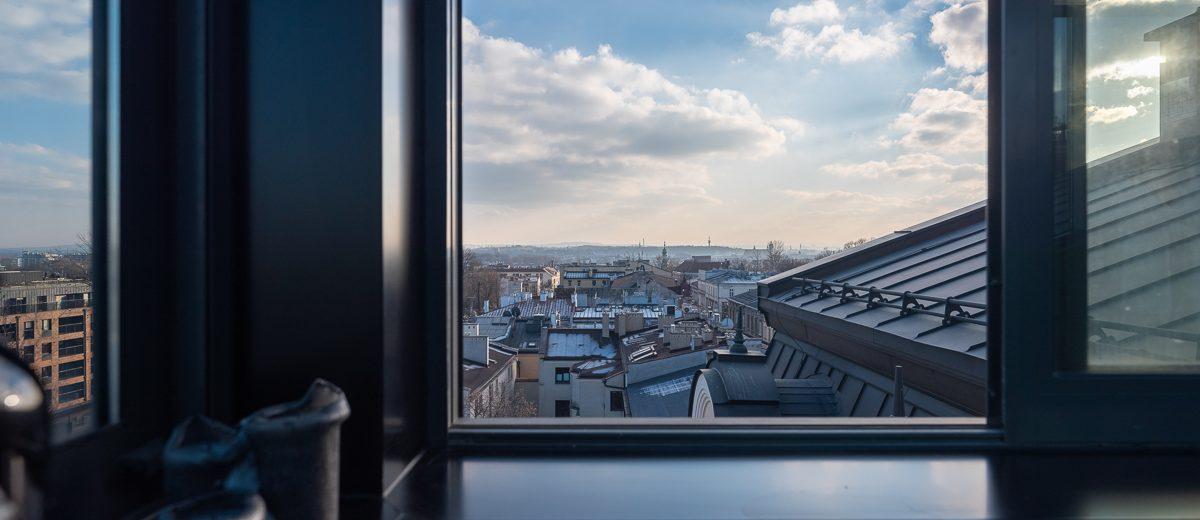 Widok z okna na dachy krakowskich kamienic