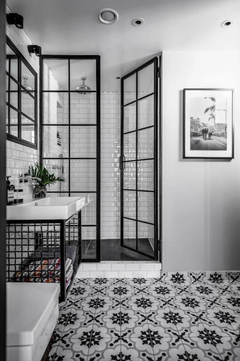 Łazienka z industrialnymi drzwiami