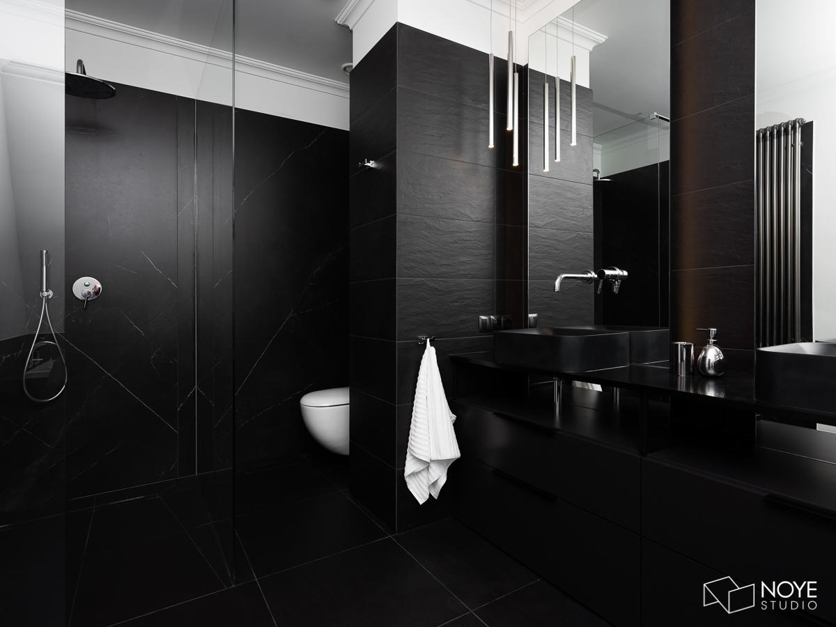 Czarne płytki w łazience | proj. Noye Studio