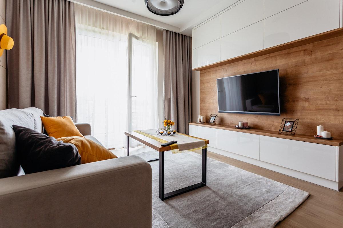 Projekt mieszkania z ciekawą ścianą telewizyjną