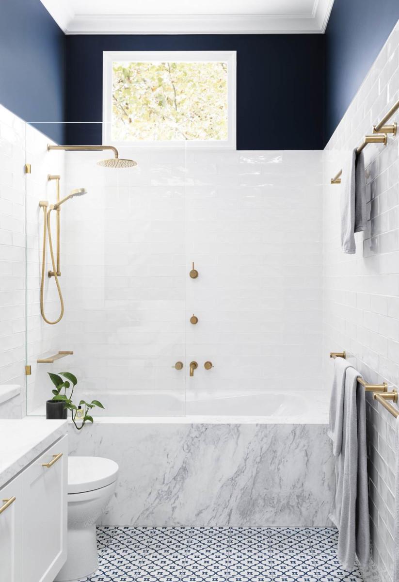 Najpiękniejsze projekty łazienek - granat, złoto, biel i marmur