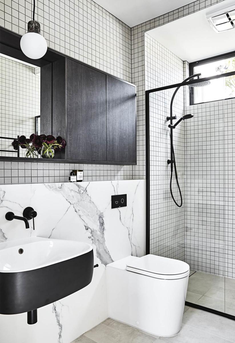 Łazienka z czarną armaturą