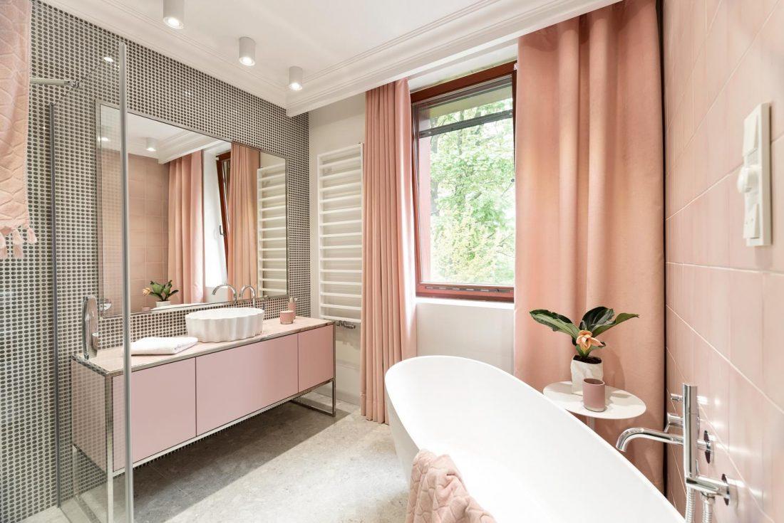 Łazienka w pastelowym różu | proj. www.minimoo.pl
