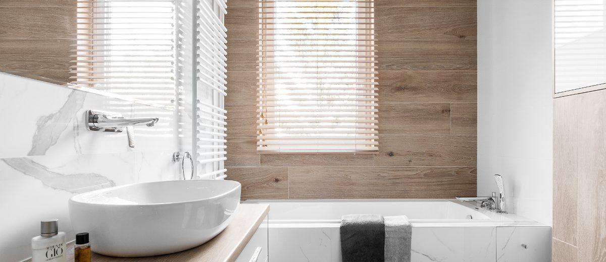 Marmurowo - drewniana łazienka | proj. Studio Projekt, zdj. Fotomohito