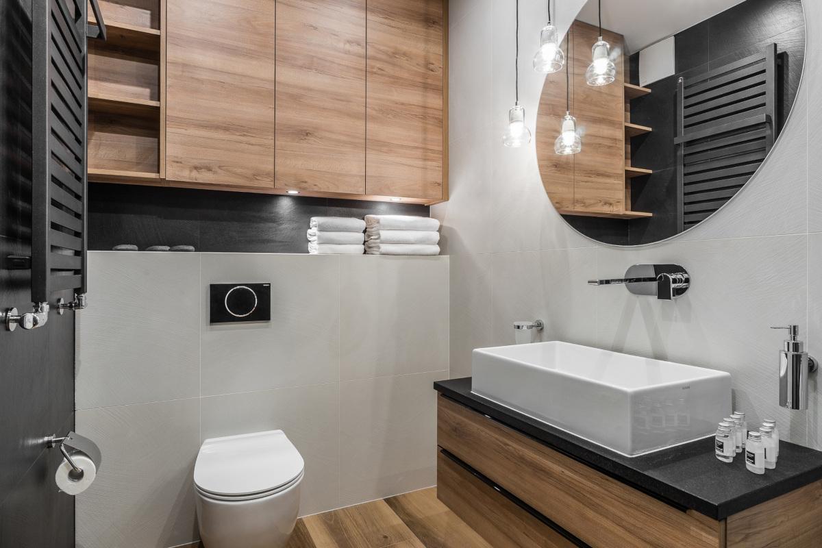 Szare płytki w małej łazience | proj. Partner Design