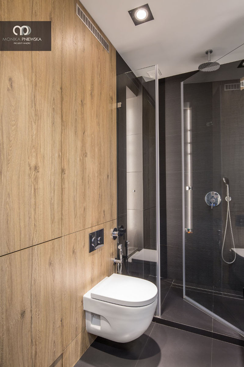 Płytki drewnopodobne w łazience | proj. Monika Pniewska