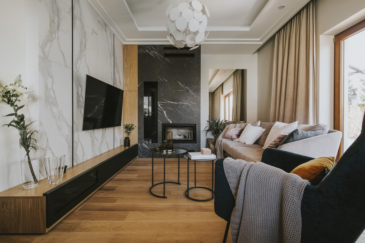 Marmurowe płytki na ścianie w salonie | proj. Finchstudio