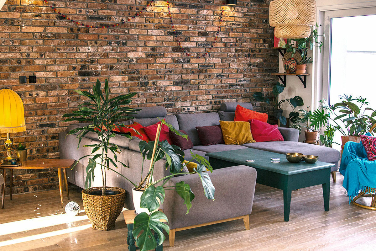 Siedząc na wypoczynku w salonie można podziwiać ogród i znajdujące się tam stare jesiony | Źródło @ranczo.od.nowa