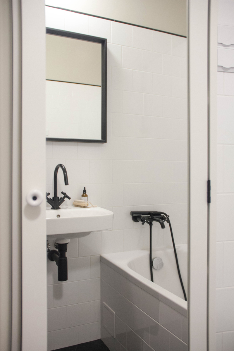 Minimalistyczna łazienka przełamana czarnymi elementami | proj. Nadia Mitłosz