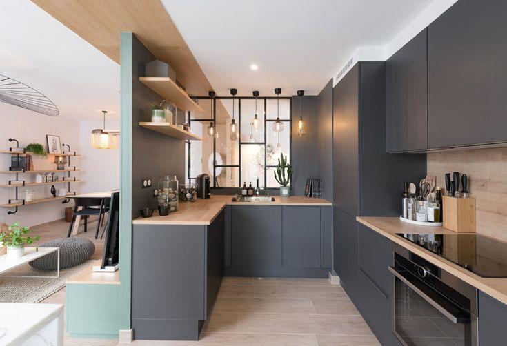 Szara nowoczesna kuchnia z drewnianym wykończeniem
