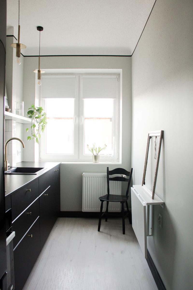 Mała kuchnia z czarnymi meblami kuchennymi | proj. Nadia Mitłosz