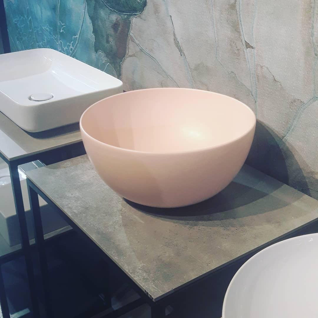 różowa umywalka do łazienki