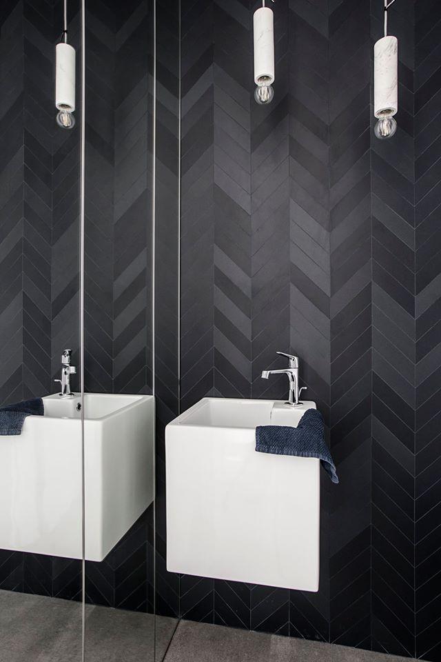 Industrialna łazienka z płytkami z linii Mews od Mutiny (produkt dostępny w naszych showroomach) | proj. OIKOI