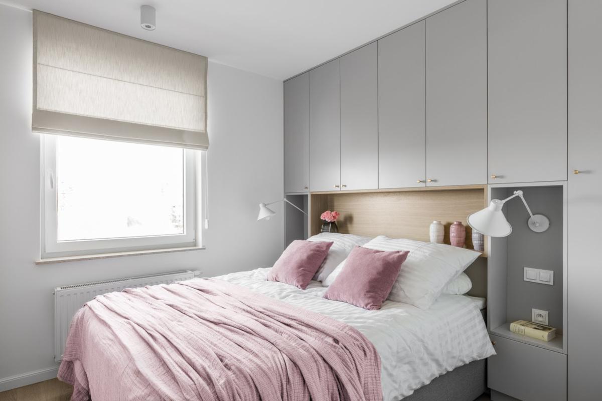 Szara sypialnia z akcentami pastelowego różu | proj. Wojsz Studio