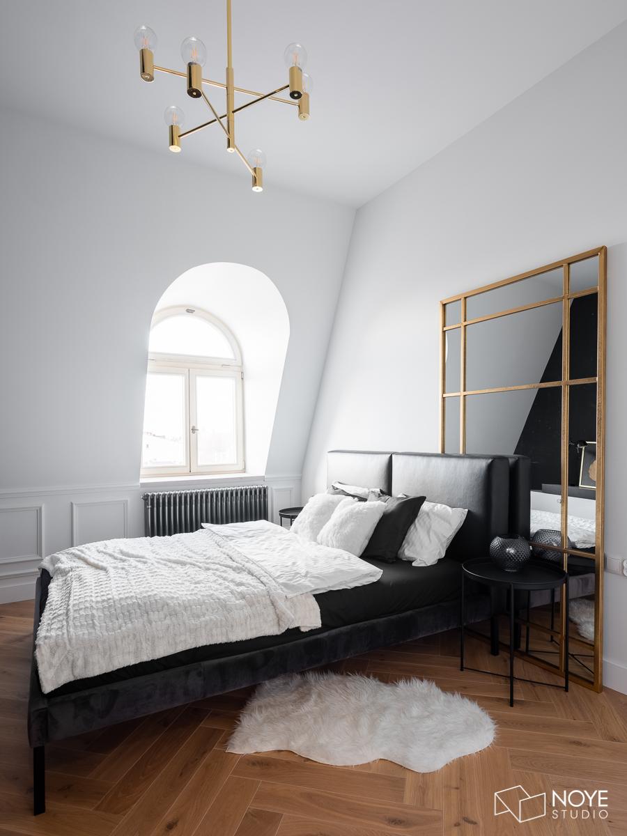 mała sypialnia ze złotymi dodatkami