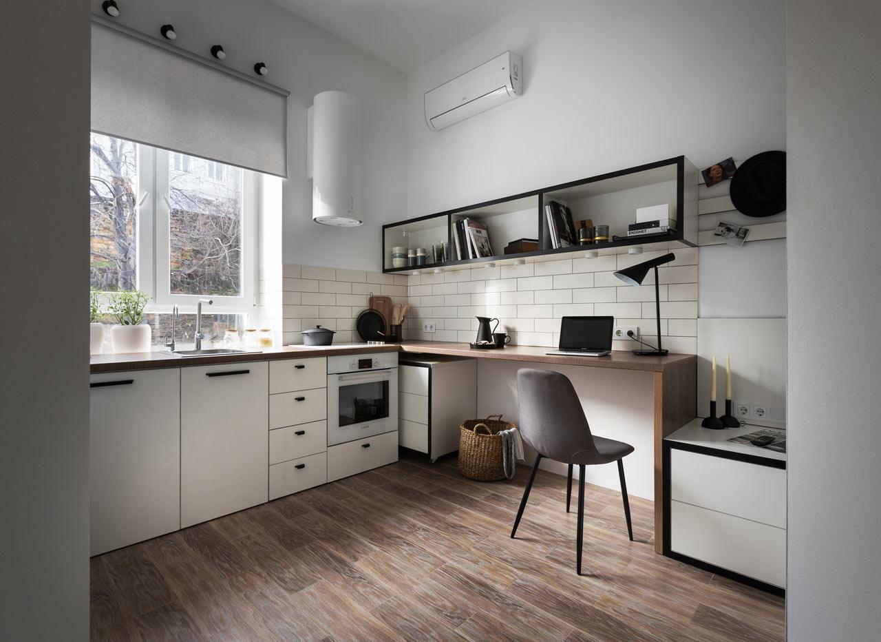 Płytki metro nad blatem w małej kuchni