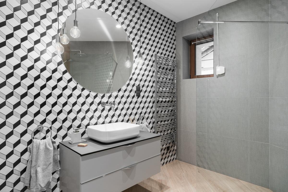 Szara łazienka | proj. Studio Projekt, zdj. Fotomohito