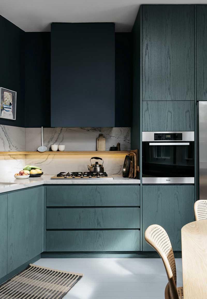 zielona kuchnia z marmurem
