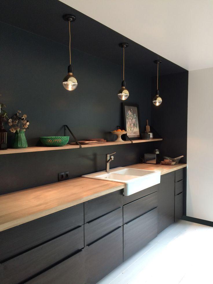 Czarna kuchnia z otwartymi półkami