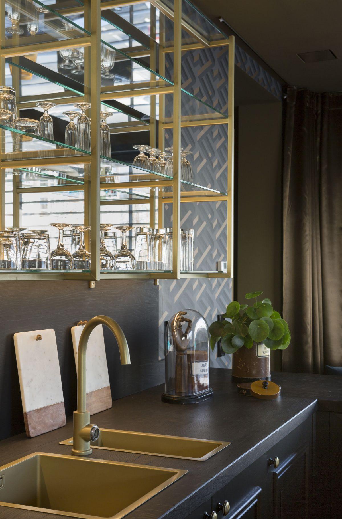 Ażurowe szafki górne i złote detale to największe trendy w urządzaniu kuchni (fot. mat. prasowe)