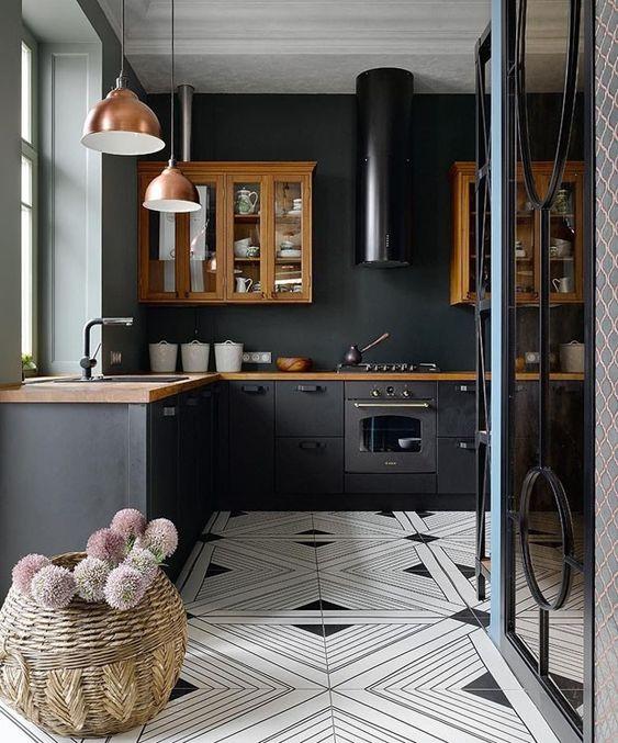 Czarna kuchnia z jasną podłogą