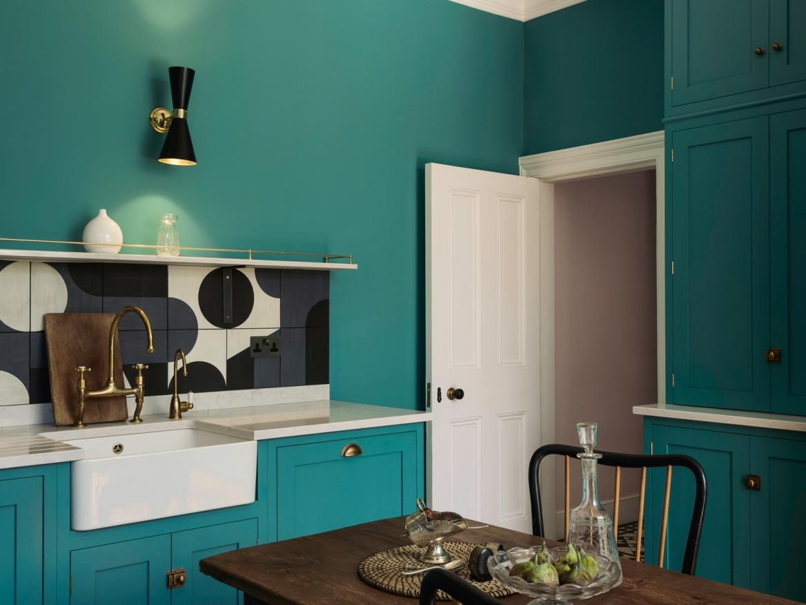 Płytki z linni Puzzle włoskiego brandu Mutina na ścianie nad blatem w kuchni