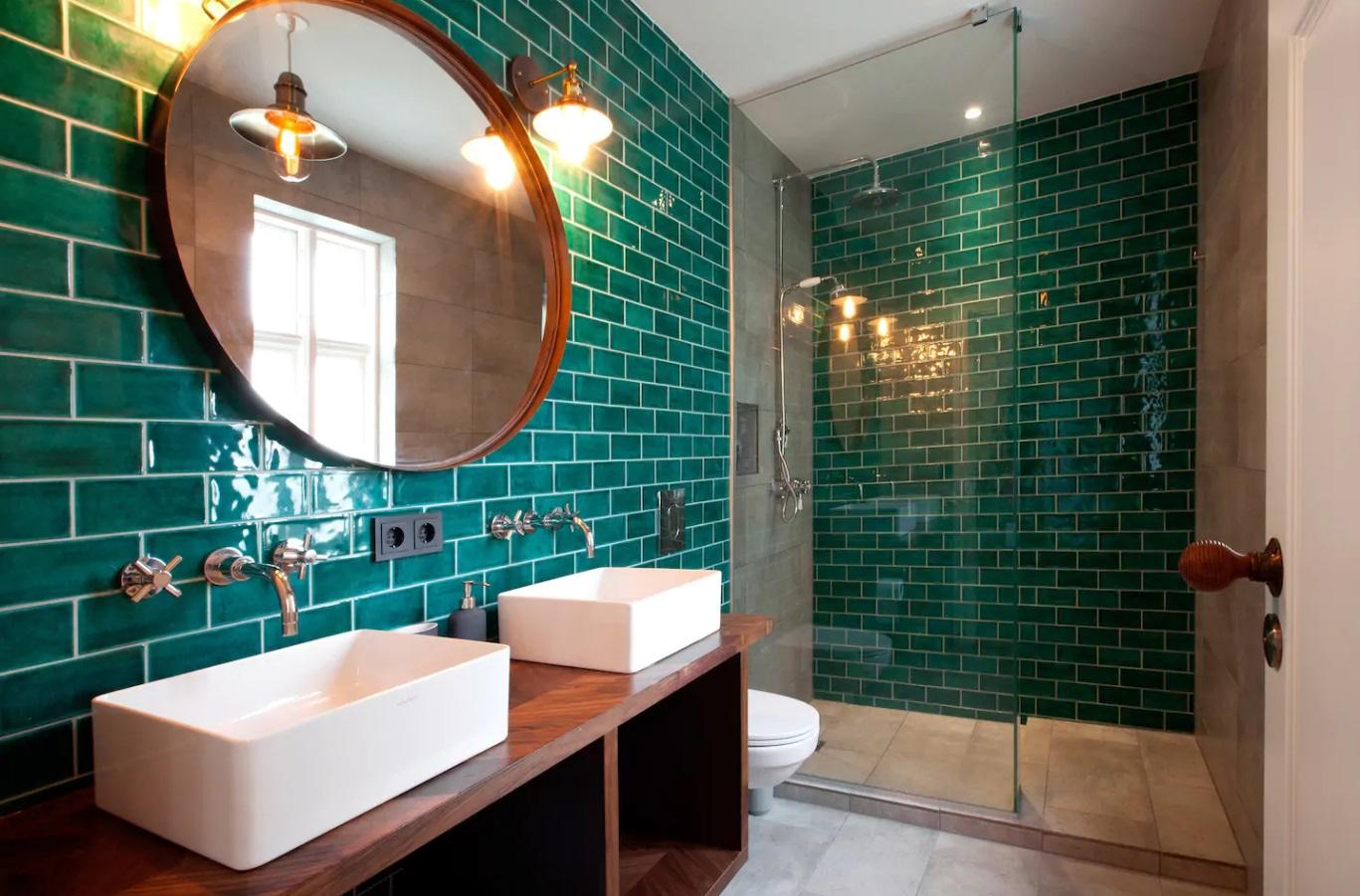 Zielone płytki w łazience