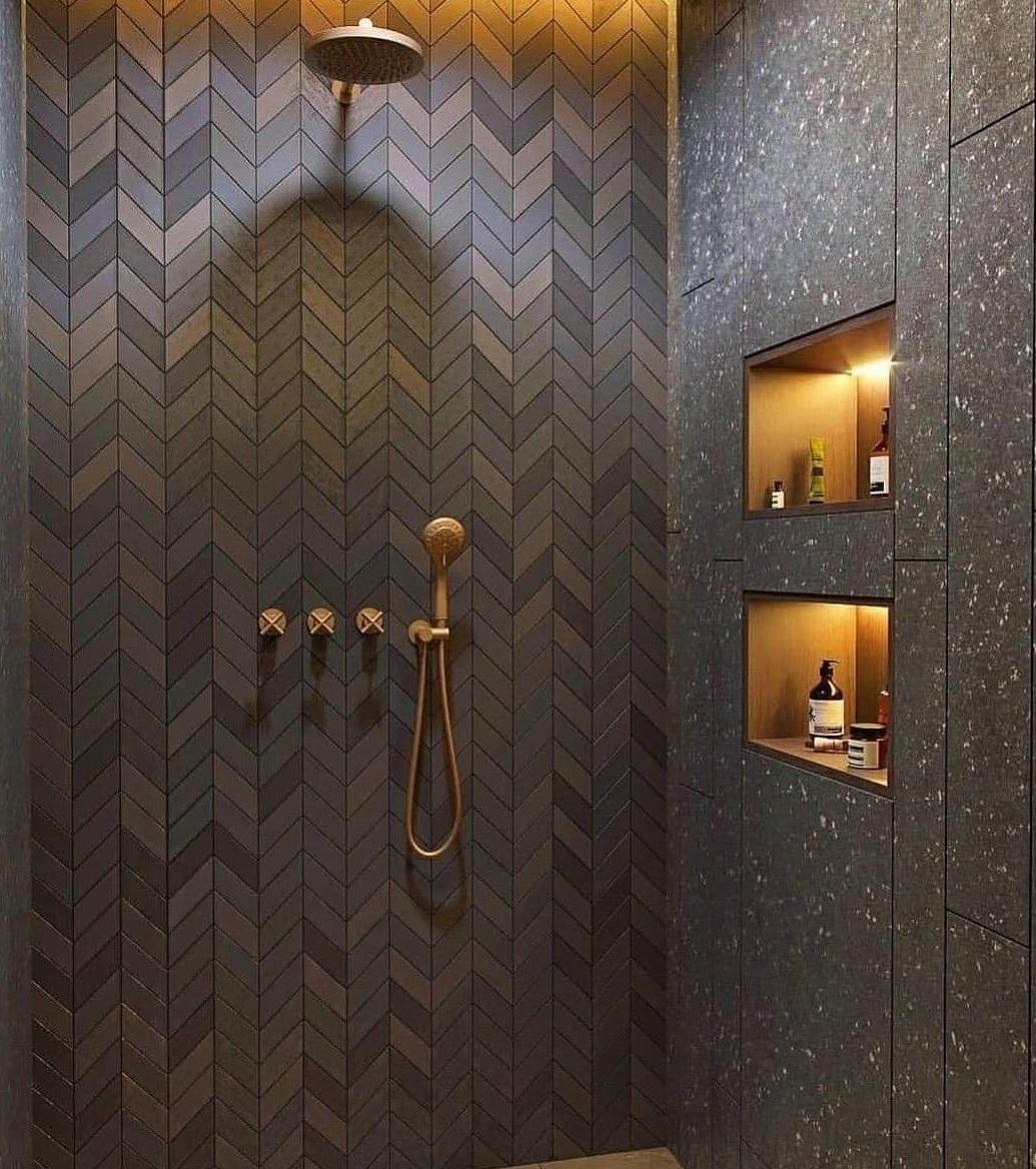 Czarna łazienka ze złotymi elementami