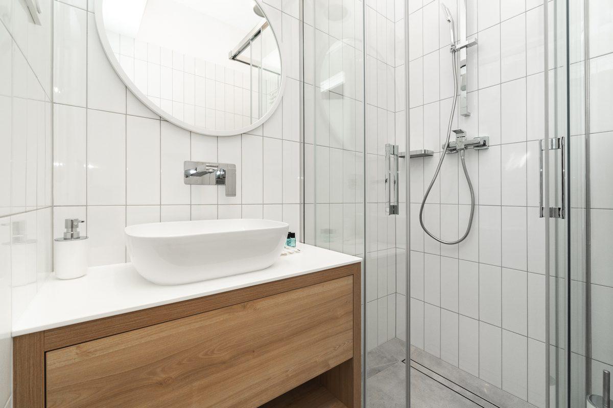 mała łazienka biało - drewniana