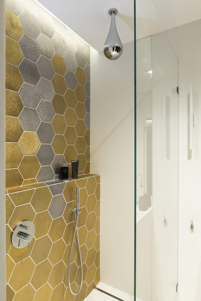 Strefa prysznicowa w złoto - srebrnych heksagonach   proj. Marker Studio, zdj. Jaga Kraupe