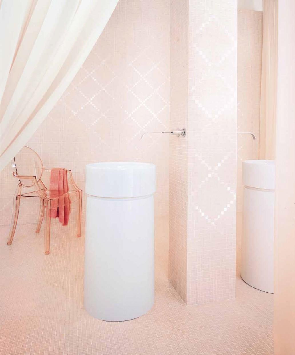 Różowa łazienka z mozaiką od Bisazzy