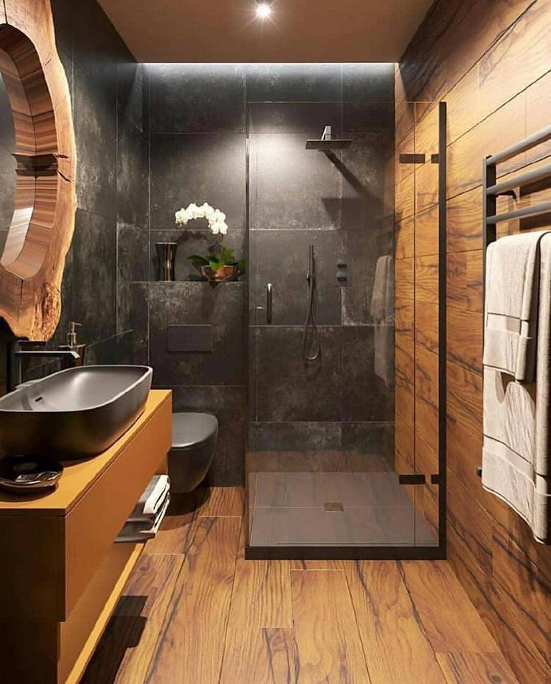 Drewniana łazienka z czarnymi płytkami