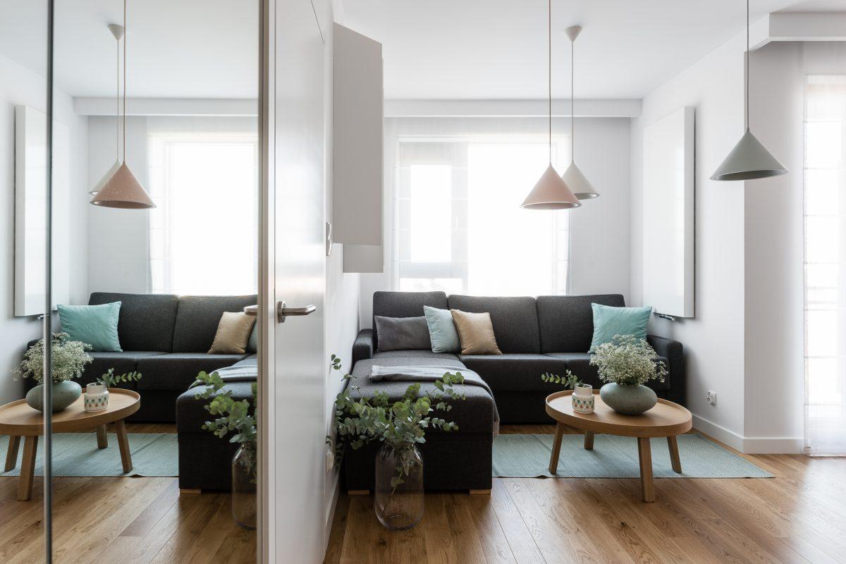 Jasny salon w bloku ocieplony drewnem i pastelami | proj. Anna Maria Sokołowska, zdj.: Fotomohito