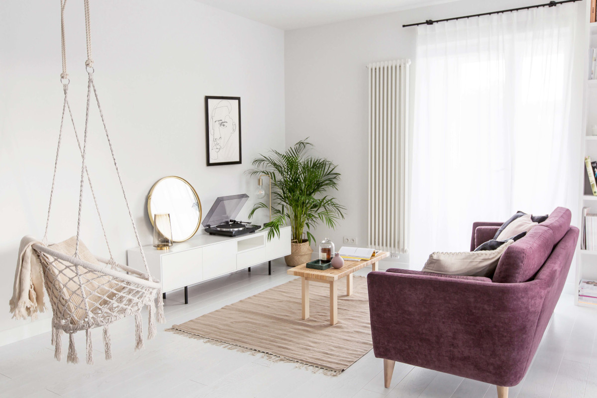 Salon w bloku w stylu skandynawskim z elementami boho | proj. Dash Interiors