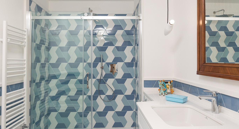 Geometryczne płytki marki Tonalite w strefie prysznicowej
