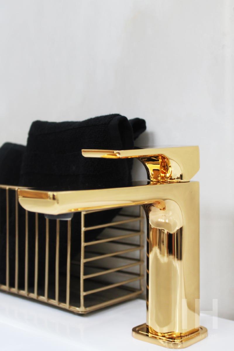 Złota bateria z linii Belvverde polskiej marki HushLab na ekspozycji w showroomie Internity Home przy ul. Duchniskiej 3 w Warszawie