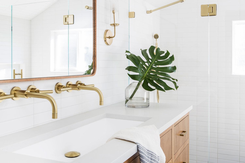 Złote baterie w biało - drewnianej łazience