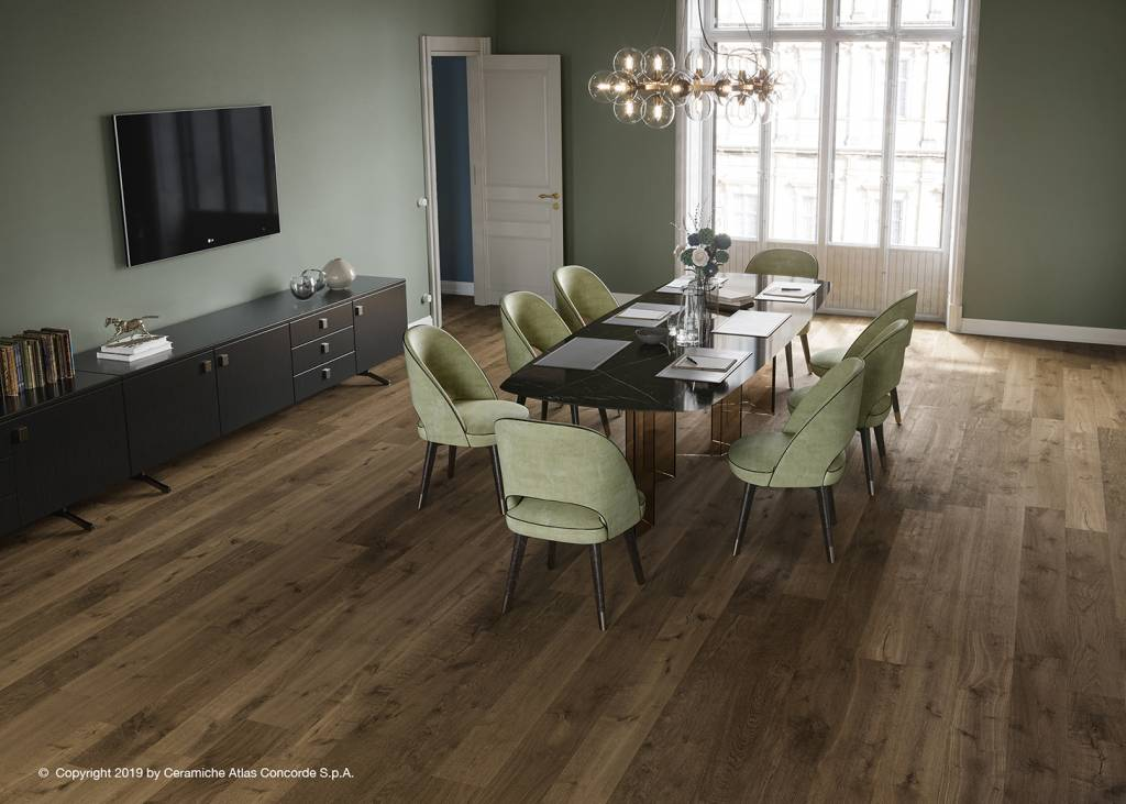 Płytki drewnopodobne w salonie od Atlas Concorde