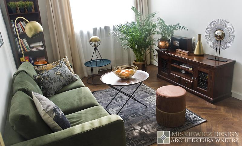 Salon z akcentami zieleni, złota i drewna | proj. Miśkiewicz Design