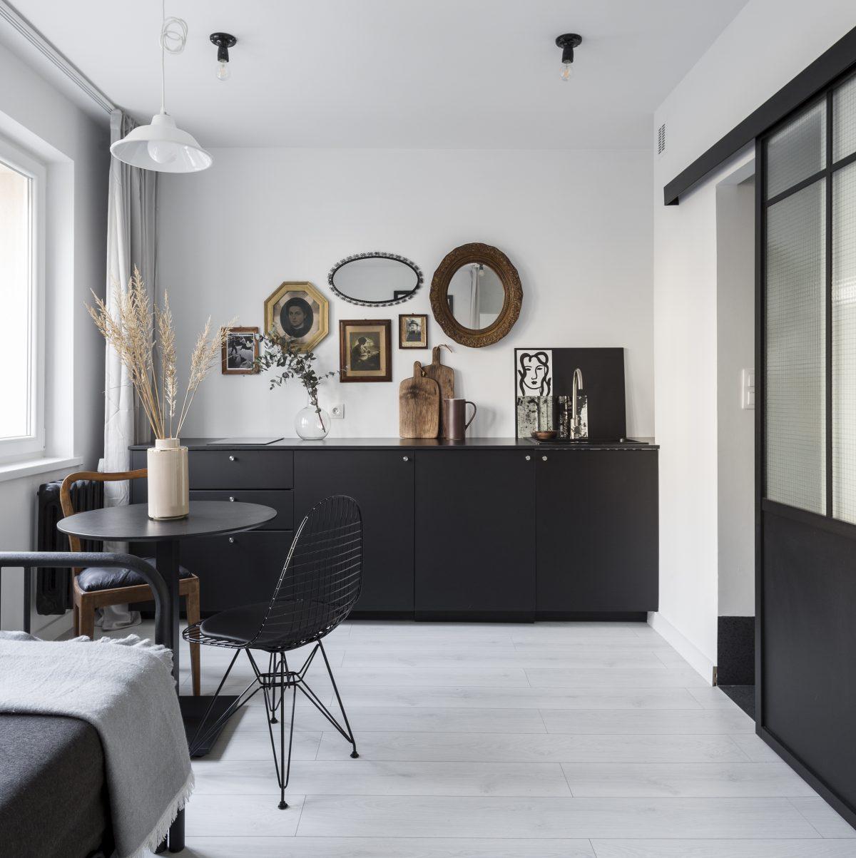Czarna kuchnia z mini galerią (proj. Nadia Mitłosz)
