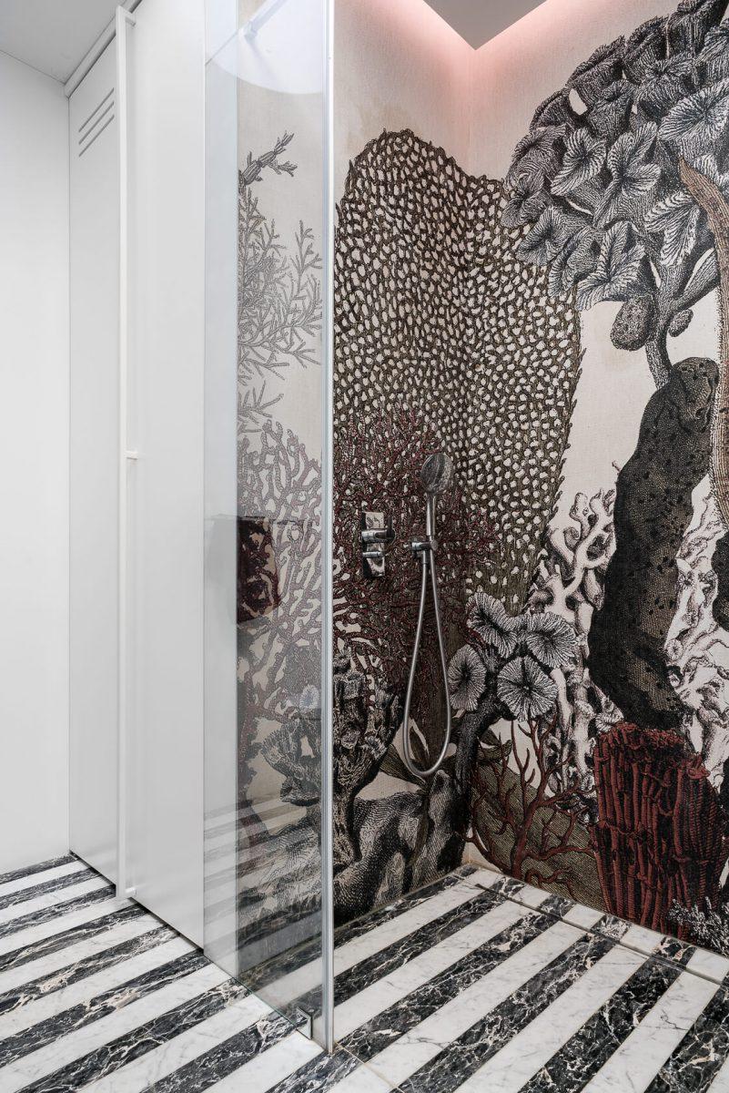 Łazienka z tapetą Wall & Deco w linii Wet System (proj. Magma, zdj. Fotomohito)