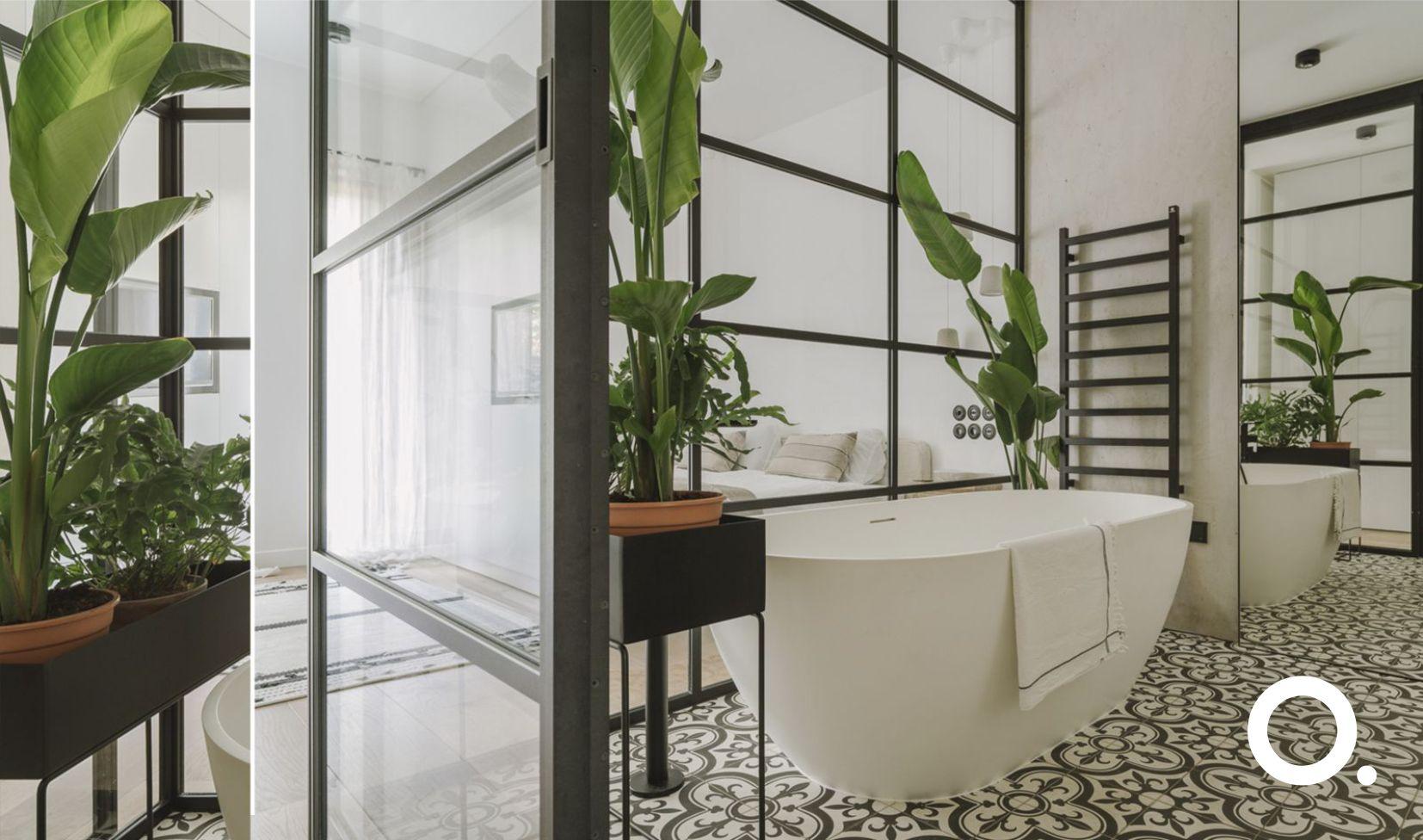 Łazienka łączona z sypialnią z przeszkleniami