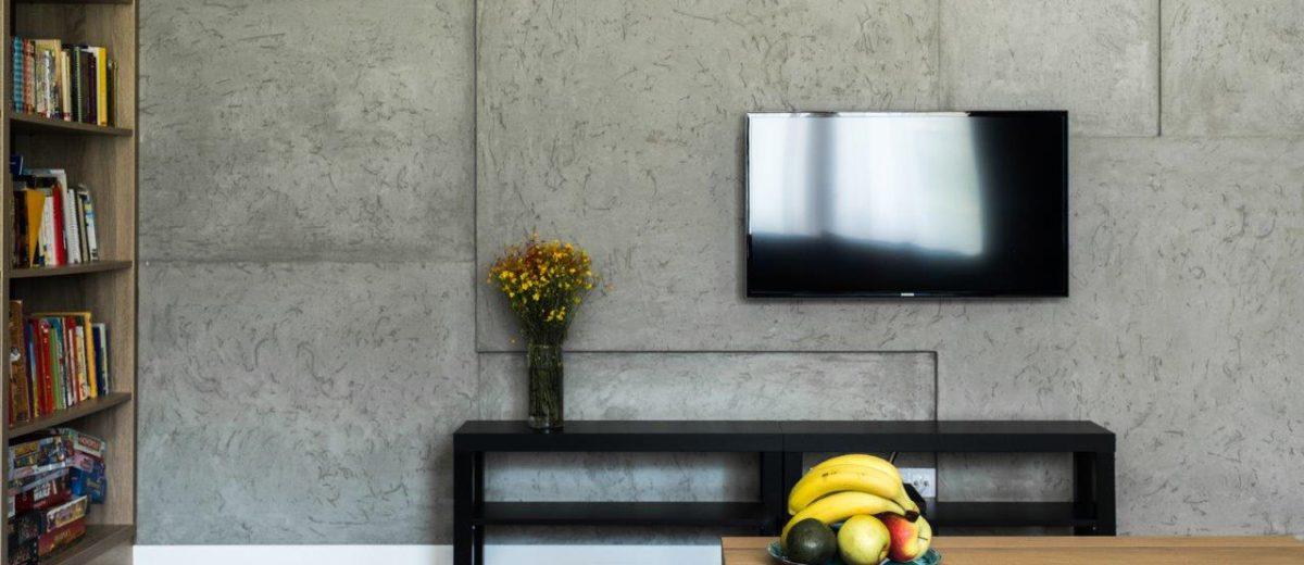 Betonowa ściana w salonie | proj. Jacek Tryc