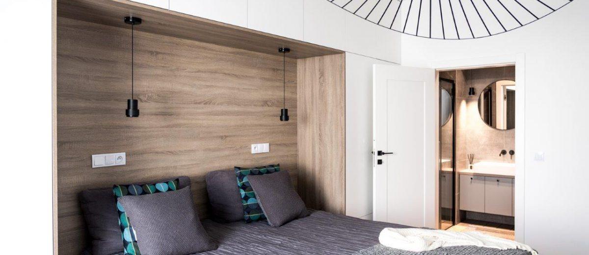 Przytulna i funkcjonalna sypialnia wg projektu Jacka Tryca