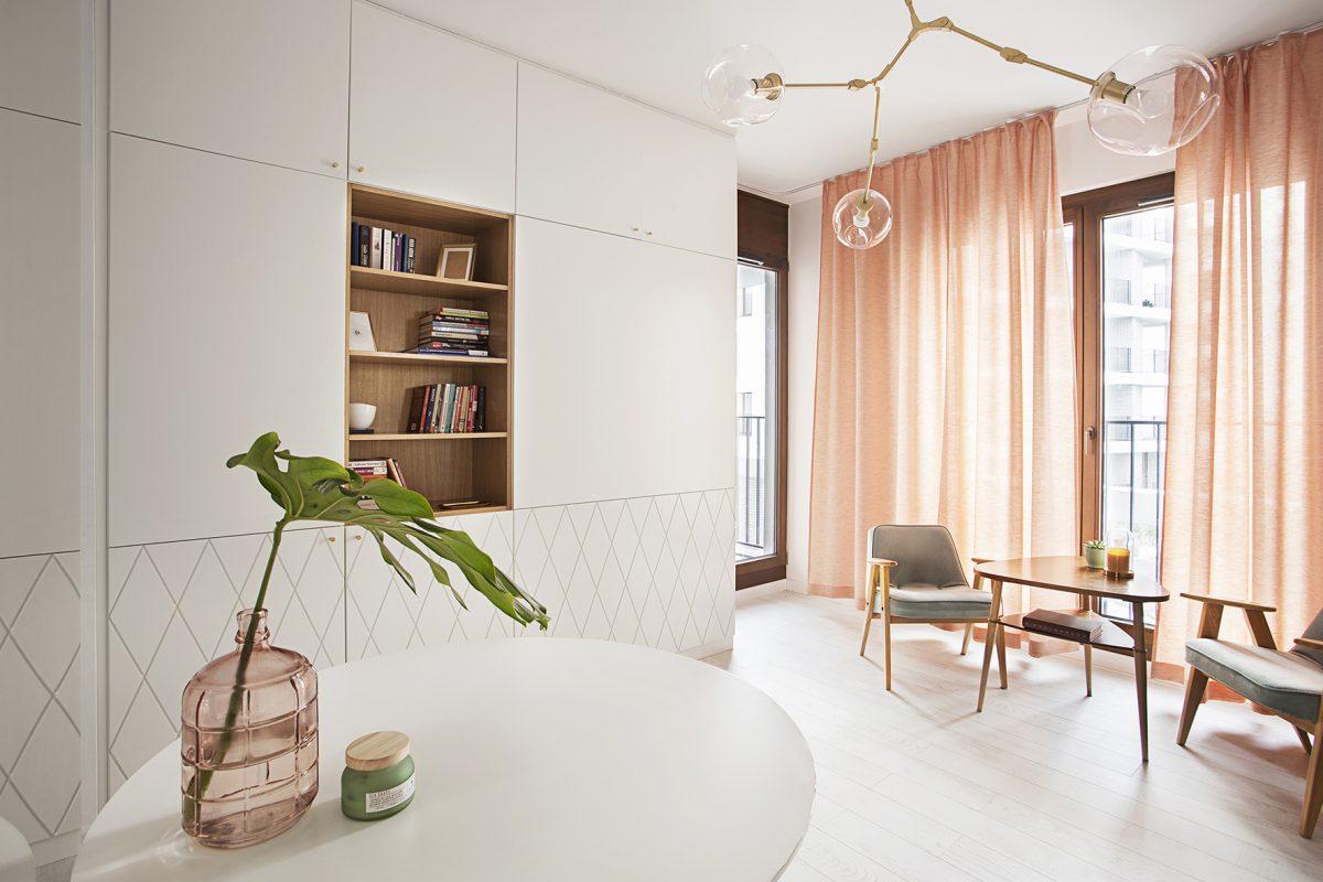 Morelowe zasłony w salonie | proj. Schudy Studio