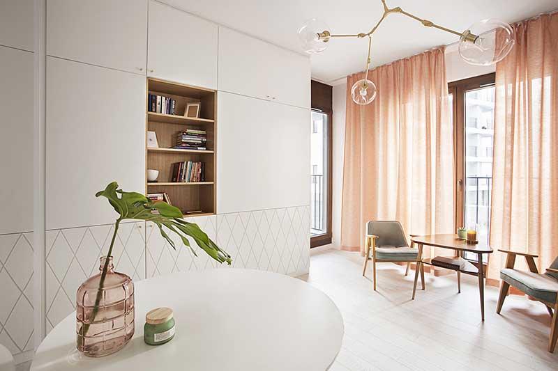 Schudy Studio - melonowe zasłony w salonie