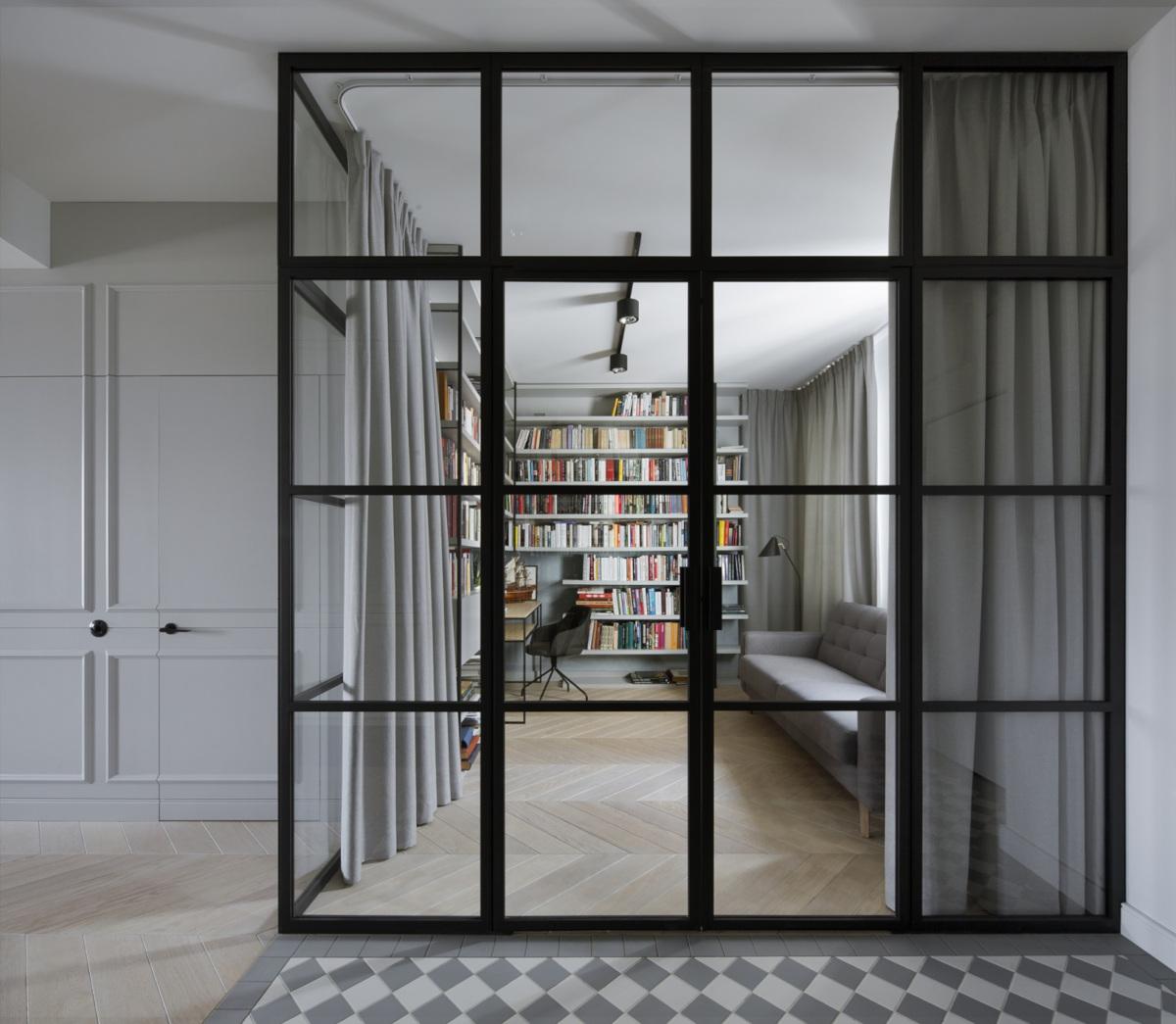 Domowa biblioteczka za industrialnym przeszkleniem | proj. Madama