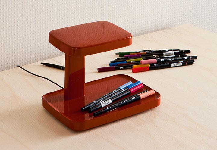 Lampka Piani od Flosa łączy w sobie funkcję organizera | Oprawa jest dostępna w naszych showroomach